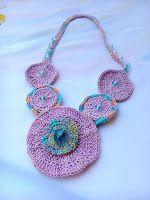 ABruxinhaCoisasGirasdaCarmita: Colar rosa em crochet(minha coleção)