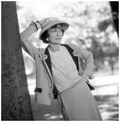 COCO CHANEL.......1957......JARDINS DES TUILERIES.....PARIS.......PHOTO DE WILLY RIZZO........BING IMAGES.......