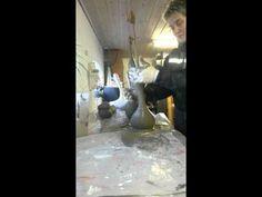 nisse i beton. En nylonstrømpe. Beton blandet 1 cement 3 grus eller sand+ vand . Blandes til en tyk masse. Kom beton i nylonstrømpe og ælt godt. Du skal ælte...