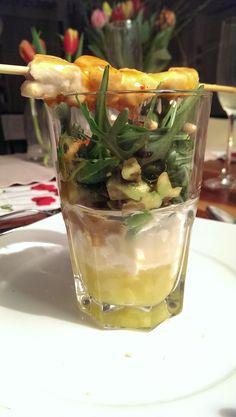 Zarte Hühnerspießchen auf Avocado-Mozzarella-Ananas-Salat Mozzarella, Avocado, Eat, Decor, Pineapple Salad, Decoration, Lawyer, Decorating, Deco
