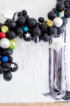 Out of the World Balloon Garland Wow, this garland's out of this world! If you have a little birthday astronaut dreaming of exploring the starry sky, this balloon garland will be the perfect addition to their outer space birthday party. Diy Garland, Balloon Garland, Galaxy Balloons, Aniversario Star Wars, Space Baby Shower, Astronaut Party, Outer Space Party, 2nd Birthday Party Themes, Balloon Decorations Party