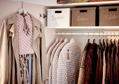 Glissez les robes délicates dans des housses de protection ou en dessous de manteaux propres. Pour les protéger de l'usure, utilisez des cintres en bois ou enveloppez les cintres en métal de papier de soie.