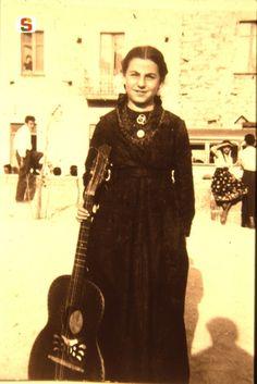 Sardegna DigitalLibrary - Immagini - Ozieri, la cantautrice Maria Teresa Cau