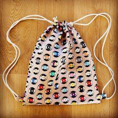 Die schönsten Geschenke sind selbst gemacht! Überrasche deine Liebsten mit einem selbst genähten Turnbeutel. Bei über 2000 Stoffen ist für jede(n) das richtige dabei! #diy #geschenk #nähen #geschenkidee #selbstgemacht #selbermachen Sewing Kit, Hand Sewing, Handicraft, Drawstring Backpack, Hand Embroidery, Quilts, Creative, Handmade, Bags