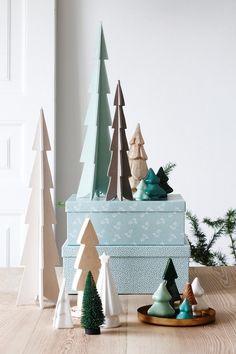 petits sapins décoratifs en bois et en céramique en tant que déco Noël scandinave