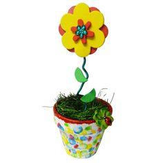 Blume basten: Tolle Geschenkidee für Kinder. Für das Blumen Geschenk brauchst Du Acrylfarbe, ein Tontöpfchen, Moosgummi, Aludraht und Schmucksteine. Die komplette Bastelanleitung findest Du hier: http://www.trendmarkt24.de/bastelideen.geschenke-basteln-mit-kindern.html#p