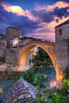 El Stari la Mayor parte de Puente , Bosnia, al principio fue construido a 1566 durante la altura del Imperio otomano. Esto se desarrolló en el corazón de la ciudad de Mostar, uniendo Bosnia y Herzegovina. El arco original del puente fue construido usando una piedra local llamó tenelija.