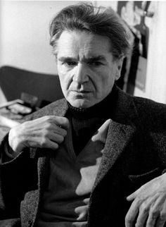 Emil Cioran , né le 8 avril 1911 à Rășinari en Roumanie, mort le 20 juin 1995 à Paris, est un philosophe et écrivain roumain, d'expression roumaine initialement, puis française à partir de 1949. Il est interdit de séjour dans son pays d'origine à partir de 1946, pendant le régime communiste. Bien qu'ayant vécu la majeure partie de sa vie en France, il n'a jamais demandé la nationalité française.Œuvres principales Précis de décomposition, Syllogismes de l'amertume, Aveux et Anathèmes Emil Cioran, Romanian People, The Lives Of Others, Sigmund Freud, Expressions, Portraits, Che Guevara, Writers, 8 Avril