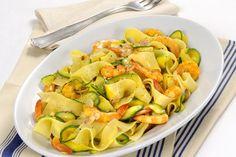 Tagliatelle con gamberi e zucchine. Shrimps and zucchini. Tuscan Recipes, Italian Recipes, Italian Cooking, Zucchini, Wine Recipes, Cooking Recipes, Pistachio Pesto, Linguine, Rice Dishes