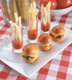 I don't usually love tiny food but I love a hamburger and fries in any size! Shower Appetizers, Mini Appetizers, Wedding Appetizers, Appetizer Recipes, Appetizer Ideas, Wedding Snacks, Wedding Catering, Wedding Receptions, Wedding Foods
