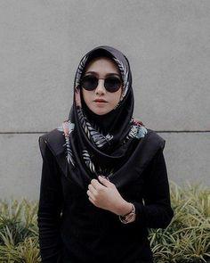 Write a women to go out without necessity, hadith? Simple Hijab, Casual Hijab Outfit, Hijab Chic, Hijab Dress, Muslim Dress, Street Hijab Fashion, Muslim Fashion, Fashion Muslimah, Hijab Style Tutorial