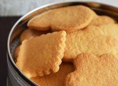 Pyszne, szybkie kruche ciasteczka. Składniki: 250 g mąki pszennej, 1 jajko, 100 g prawdziwego masła 82%, 120 g cukru, łyżeczka cukru waniliowego, łyżeczka proszku do pieczenia Snack Recipes, Snacks, Polish Recipes, Cake Cookies, Biscotti, Peanut Butter, Good Food, Food And Drink, Sweets