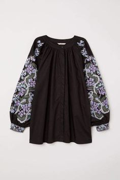 Wide-cut blouse in woven cotton fabric with embroidery. Rounded neckline partially concealed buttons at front and long wide balloon sleeves with embroidery and cuffs. Blouse Batik, Tunic Blouse, Casual Outfits, Cute Outfits, Black Tunic, Spring Tops, Fashion Over 40, Colourful Outfits, Fashion Online