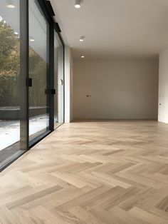 Beautiful light oak parquet floor in a large fish grass # oak park . Oak Parquet Flooring, Wooden Flooring, Planchers En Chevrons, Herringbone Wood Floor, Light Oak, House Goals, Floor Design, Beautiful Lights, Home Living Room