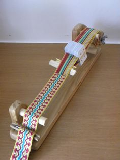 """""""telaio a tavolette con subbio d'avvolgimento"""" which roughly translates to: frame tablets with warp beam winding. Or possibly better: card loom with warp and cloth beam. Inkle Weaving, Inkle Loom, Weaving Tools, Card Weaving, Weaving Projects, Tablet Weaving Patterns, Weaving Textiles, Loom Patterns, Yarn Crafts"""