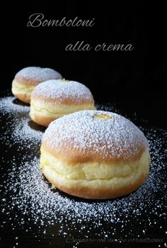 Bomboloni alla crema Cream donuts are exquisite puffy and soft pancakes to be filled with delicious cream, ideal for a tasty snack. Bakery Recipes, Donut Recipes, Cooking Recipes, Breakfast Bake, Breakfast Recipes, Dessert Recipes, Bomboloni Recipe, Yummy Snacks, Delicious Desserts