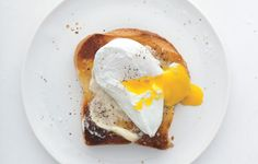 The Perfect Poached Egg Recipe. I love poached eggs! Breakfast And Brunch, Breakfast Recipes, Breakfast Healthy, Health Breakfast, Perfect Breakfast, Poached Eggs On Toast, Perfect Poached Eggs, Egg Toast, Vino Y Chocolate