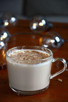 Chai latte er en varm drikk med en helt herlig blanding av krydret te og sødme, og er ofte e...