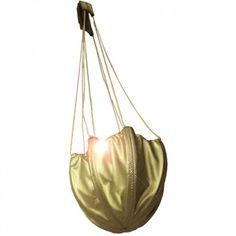 """Die super-originelle Abendtasche """"AIR BOOST GOLD"""" aus wiederverwerteter Fallschirmseide ist dein stylisher Begleiter für den täglichen Höhenflug. Vom Label Bag to Life. @ www.melovely.de"""