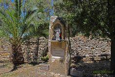 La statua di Sant'Elia, vicino alla chiesa campestre.  The statue of Saint Elia, near the rural church.