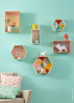Décorez des étagères graphiques grâce à nos papiers et peintures Cultura Collection pour que les couleurs pastel pop s'invitent sur vos murs.