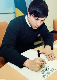 I love Frank's handwriting ^.^ and also look at the lack of tattoos he has!!!