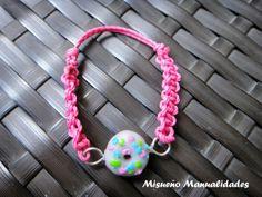 """Pulsera infantil de macramé rosa y cierre de nudo corredizo con un donut de glaseado blanco de la serie """"pastelería"""". www.misuenyo.es / www.misuenyo.com"""