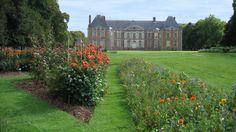 *Planté d'après les dessins en 1715 de Colinet, premier jardinier de Le Nôtre à Versailles, le parc entourant le château Louis XIII (classé Monumen...