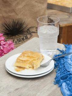 Γαλακτομπούρεκο με σιμιγδάλι Greek Sweets, Greek Desserts, Greek Recipes, Fun Desserts, Greek Cake, Puff Pastry Desserts, Greek Dishes, Sweet Tooth, Baking