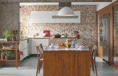 Painel colorido e pilar de concreto aparente!