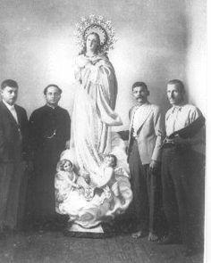 El afamado Manuel Zúñiga entregando una de sus Inmaculadas. Alrededor de la dècada de 1940