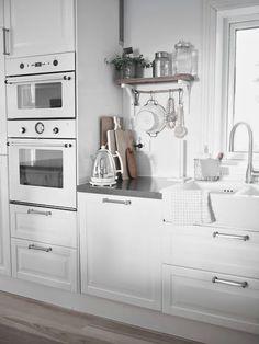 Boho Deco Chic: Una cocina blanca y gris con office nórdico, Kitchen Interior, Kitchen Design, Decor Interior Design, Interior Decorating, Boho Deco, Boho Chic, Hidden Kitchen, White Appliances, Kitchen Storage Solutions