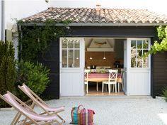 Agencée autour d'une cour-patio, une maison de village retrouve une seconde jeunesse. En jouant...