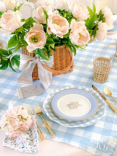 Easter Basket Easter Table and simple table setting ideas to help you set a beautiful Easter table for your family this year Basic Table Setting, Easter Table Settings, Easter Brunch, Easter Party, Easter Baskets, Easter Centerpiece, Easter Decor, Pink Blue, Design