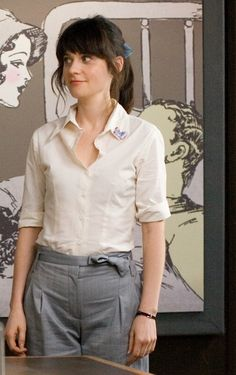 Zooey Deschanel as Summer in 500 Days of Summer. Summer wears a small blue butterfly brooch, a cream shirt and a blue ribbon in her hair to work. Jessica Day, 500 Days Of Summer, Summer Work, Dita Von Teese, Carrie Bradshaw, Vivienne Westwood, I Love Cinema, Zooey Deschanel Style, Zooey Dechanel