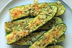 crusty parmesan herb zucchini bites 4 medium, fresh zucchini, sliced in half cup fresh Parmesan cheese, grated tablespoons fresh rosemary & thyme, minced smidge of oliv. Healthy Cooking, Healthy Snacks, Healthy Eating, Cooking Recipes, Cooking Videos, Cooking Time, Vegetable Recipes, Vegetarian Recipes, Healthy Recipes