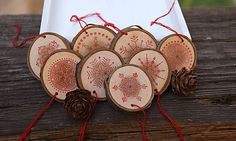 SkaraZu / Červené vločky Christmas Mood, Christmas Ideas, Decorative Plates, Christmas Decorations, Halloween, Handmade, Home Decor, Hand Made, Decoration Home