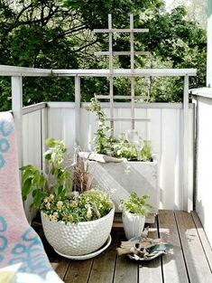 kleiner Balkon weiß Stoff Balkonumrandung Ideen leichte Montage