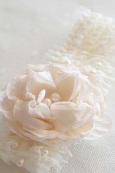 jarretière antique rose  http://atmospheremariages.fr/74-2749-thickbox/jarretiere-mariee-decoration-mariage-accessoire.jpg