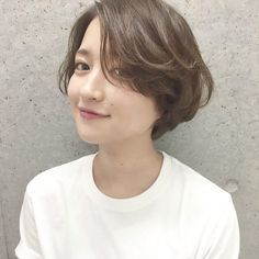 Short wavy bob with side bangs Girls Short Haircuts, New Haircuts, Short Hairstyles For Women, Girl Short Hair, Short Hair Cuts, Short Wavy, Waterfall Hairstyle, Cabello Hair, Permed Hairstyles