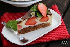 Tvarohový dort Míša s jahodami, krok 3: A na polevu rozpustíme ve vodní lázni nalámanou čokoládu s máslem a nakonec vmícháme lžíci mléka nebo smetany. Nalijeme na dort a urovnáme. Dort vložíme do lednice a necháme ztuhnout, nejlépe přes noc, ale minimálně na dvě hodiny. Ještě než čokoláda úplně ztuhne, odkrojte ji kolem dokola nožem nahřátým v horké vodě. Krájíme také nahřátým nožem.