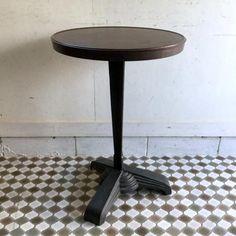 アンティークのカフェテーブル|アールデコの鋳物の脚とベークライトの天板がカッコイイREX社のビストロテーブルです!アールデコの洗練されたフォルム、脚はトリポッド(3本脚)で支柱部分もシェイプした三叉になっているすごくオシャレなデザインですね。このカフェテーブルがより一層オシャレなのは天板がベークライトでできていること。これだけ大きなベークライトなのに欠けや割れもないベストコンディション!!ティータイムやコーヒータイムのお供に、ショップの目に留まるテーブルとしておススメです!!