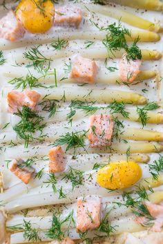 Plaattaart met witte asperges en zalm