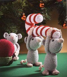 Drie ondeugende muisjes die zo je kerstboom leeghalen. (hoogte muisjes ca. 12 cm, totale hoogte ca. 17 cm)