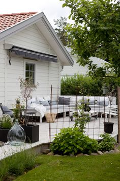 Backyard Landscaping Ideas - Attempt several of these easy backyard landscaping ideas, and you'll have an inviting yard that's perfect for entertaining quickly. Outdoor Rooms, Outdoor Gardens, Outdoor Living, Outdoor Decor, Backyard Patio, Backyard Landscaping, Landscaping Ideas, Garden Privacy, Diy Pergola