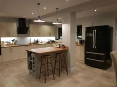 Kitchen, island with pillar feature, Howdens Burford Cream, oak worktops, Colourhill island