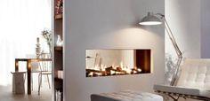 Een haard midden in een ruimte creëert een stijlvolle en functionele afscheiding…