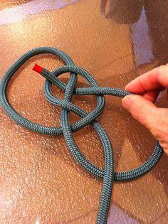 Click this image to show the full-size version. Lanyard Knot, Bracelet Knots, Paracord Bracelets, Celtic Knot Tutorial, Parachute Cord Crafts, Scrap Yarn Crochet, Survival Knots, Survival Items, Knots Guide