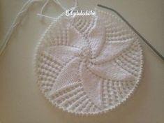 ¡¡Buenos tardes!! Os dejo el tutorial de la coronilla a juego con el canesú p... Crochet Girls Dress Pattern, Crochet Baby Hat Patterns, Crochet Baby Hats, Knitted Hats, Knitting Patterns, Diy Crafts Knitting, Knitting For Kids, Diy Baby Gifts, Cross Stitch Flowers