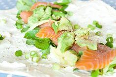 Wraps zijn heerlijk op warme dagen als avondeten, of heerlijk als lunch. Deze simpele wraps zijn altijd goed bij mij! I could eat this all day! Vooral de combinatie van zalm met avocado vind ik erg lekker! Ingrediënten: Wraps Gerookte zalm 1 Avocado 1 Citroen Lenteuitjes Roomkaas Veldsla Bereidingswijze: Smeer de wrap lekker dik in met roomkaas, zorg ervoor dat je de randjes niet vergeet! Verdeel de plakjes zalm over het midden. Snijd de avocado in reepjes en verdeel deze ook over het…